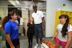 שחקני כדורסל מגיעים למרכז ספורט ימקא בירושלים